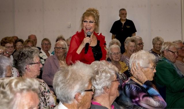 Conny Vink vermaakte het publiek in SCC De Man opperbest. * Foto: Jos Uijtdehaage.