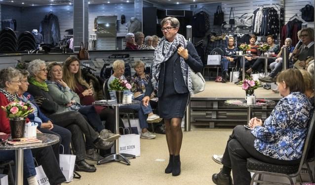 Afgelopen maandag waren de eerste modeshows van deze week in Lotte's Boetiek. * Foto: Jos Uijtdehaage.