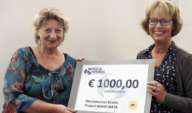 Namens de Wereldwinkel: een cheque van 1.000 euro voor de stichting Maha Mata (Foto: Jos Uijtdehaage)