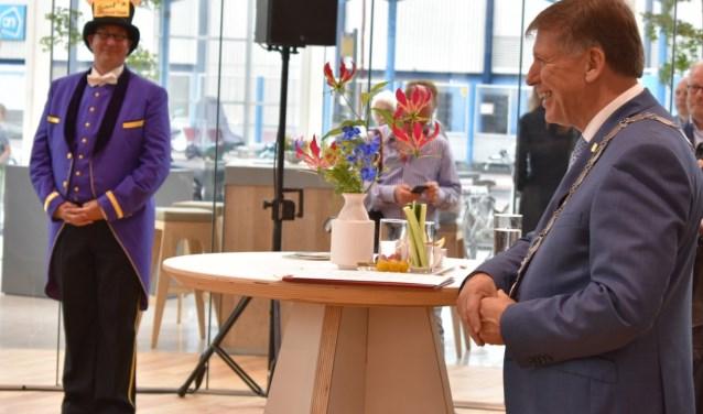 Sjaak van der Tak tijdens de opening van het nieuwe gemeentehuis. (Foto: WB)