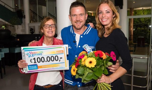 Hannie ontvangt een cheque uit handen van Het Vergeten Kind-ambassadeur Johnny de Mol. (Foto: PR)