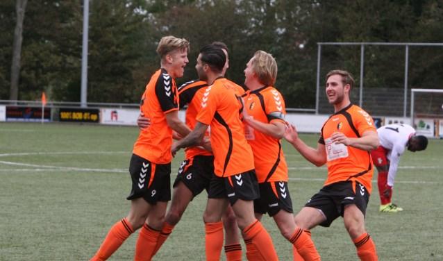 Jeffrey Burger wordt door zijn ploeggenoten gefeliciteerd na het scoren van de openingstreffer voor Rockanje. * Foto: Wil van Balen.
