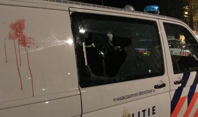 De verdachte vernielde met een kopstoot de ruit van een politiebusje. (Foto: Tim de Kleyn)