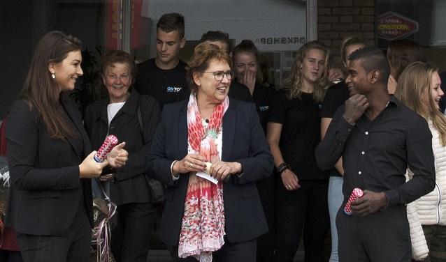 Rosanne Kweekel en Nikhil Eland helpen wethouder Paméla Blok bij de opening van het On Top PT Sportcenter. * Foto: Jos Uijtdehaage.