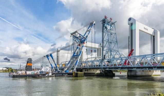 Op 8 oktober is het hefdeel verwijderd. Nu gaat Rijkswaterstaat verder met de sloop. Foto: Foto-OK.nl
