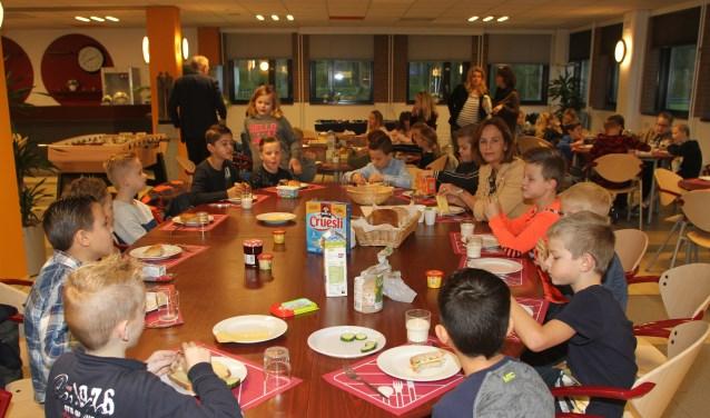 Een bijzonder moment voor de leerlingen van groep 5 van de Hendrik Boogaardschool, zij  mochten met de burgemeester ontbijten