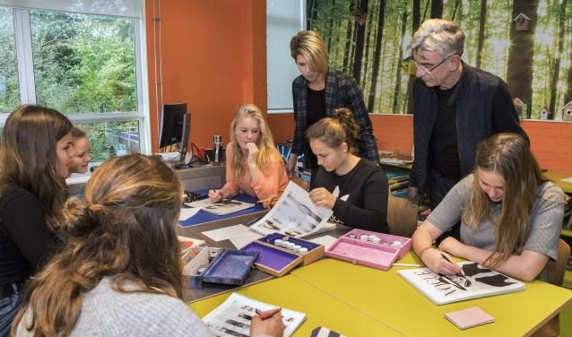 Na de introductie werkten de leerlingen in groepjes van twee of vier (Foto: Jos Uijtdehaage)