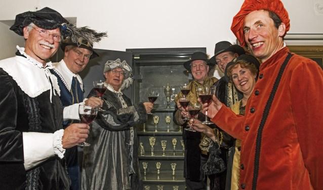 Een bijzonder tafereel bij de overdracht van de glazen, burgemeesters en wethouders geheel in klederdracht (Foto:Jos Uijtdehaage)