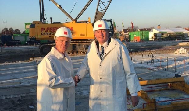 Maarten Kool, projectontwikkelaar AM en wethouder Frank Rijneveen vieren het begin van de bouw.