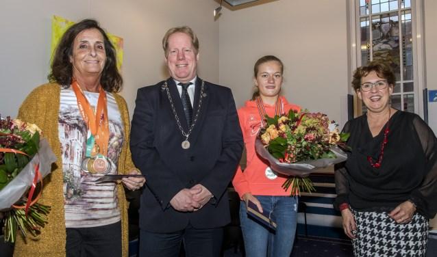 Conny Boer-Buijs (l) en Shona Slinger werden afgelopen maandag op het gemeentehuis gehuldigd. * Foto: Jos Uijtdehaage.