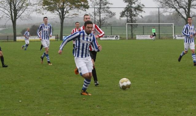 Ook Kevin van Overbeek, hier voor Zwartewaal op weg naar het Hekelingse doel, kon niet scoren. * Foto: Wil van Balen.