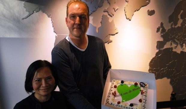 Marko en Hang ontvingen een heerlijke taart, die ze met hun medewerkers op de afdeling konden delen.