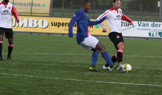 Alexander van Dommelen gaf leiding aan de geïmproviseerde defensie van Brielle in het bekerduel met SV Charlois . * Foto: Wil van Balen.
