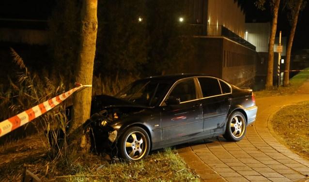 De auto is op de rotonde van de Grote Woerdlaan met de Bosweg tegen een boom gebotst en de vier verdachten zijn hierna te voet de wijk in gevlucht. (Foto: Daan van den Ende/Regio15)