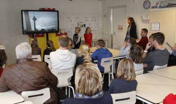 De leerlingen presenteerden het verslag van hun excursie aan de schooldirecteuren