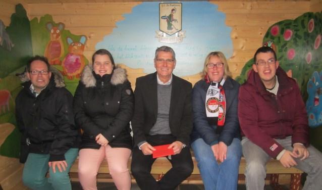 Trotse voorzitter van GC kleiburg geflankeerd door de kunstenaars Bas, Jessica, Manon en Mark