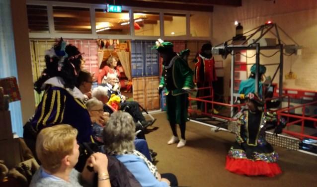 De bewoners kregen een rondleiding in het Sinterklaashuis