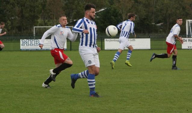 Diego de Graaf scoorde voor Zwartewaal in de met 5-0 gewonnen thuiswedstrijd tegen Poortugaal. * Archieffoto: Wil van Balen.