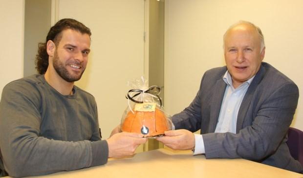 Rolstoelbasketballer Frank de Jong op bezoek bij  wethouder Hans van Lith