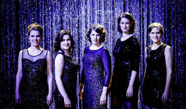 De vijf klassiek geschoolde zangeressen combineren hun wendbare stemmen en krachtige podiumpresentatie op een geheel eigen wijze