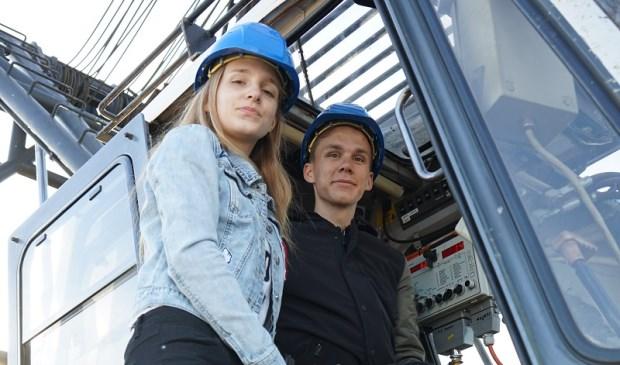 Pim en Sanne Verkade slaan aan de Turfschipper in Wateringen de eerste paal voor de nieuwbouw van Verkade Klimaat.