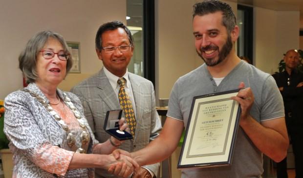 Held Machiel Fijan (r) ontving de ondescheiding uit handen van burgemeester Salet en dhr.Fasseur van MRD.