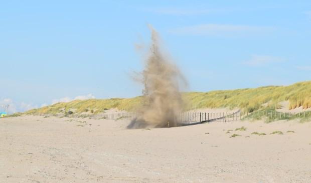 De gevonden granaat is vorige week op het strand tot ontploffing gebracht. (Foto: Fred van der Ende)