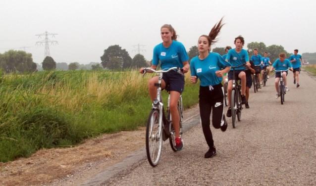 De tweedeklasleerlingen van het Maerlant fietsen en renden vorige week woensdag op hun sportdag 2900 euro bijeen. * Foto: Wil van Balen.
