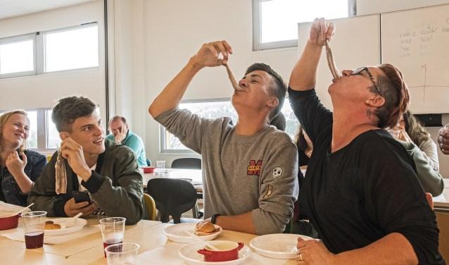 Voor ons heel normaal, voor Tsjechen een hele ervaring: het eten van rauwe haring.... (Foto: Jos Uijtdehaage)