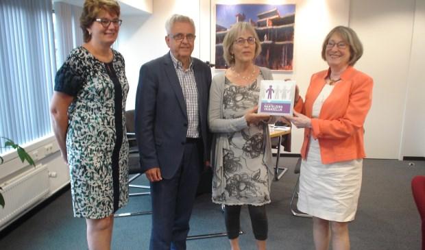 Burgemeester Salet en wethouder Van der Schaaf namen het embleem in ontvangst.