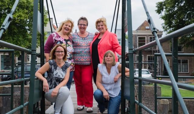 Het bestuur van de Stichting Puppyclub Sociaal: boven vlnr: Marian, Elly en Conny en onder Karin en Elle