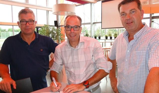 Sandor en Alois van Vliet ondertekenen het sponsorcontract.
