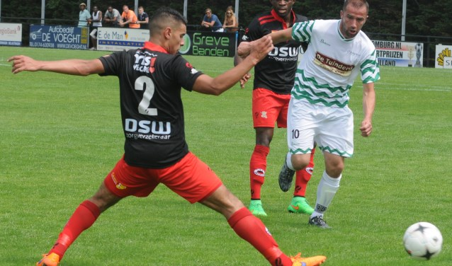 Ruud Zuijderwijk (rechts) excellerend tegen de profs van Excelsior voor het Westlands Elftal.
