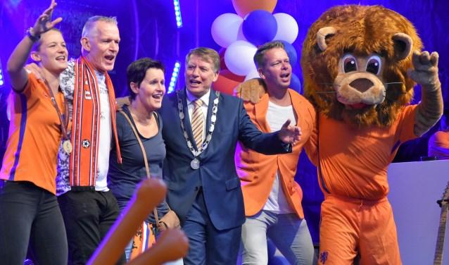 Mandy van den Berg (links) , haar ouders, burgemeester Sjaak van der Tak en presentator Rob Veeman glimmen op het podium. (Foto: WB)