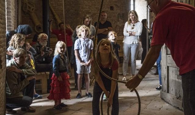 Super leuk voor de kinderen: het luiden van de klokken na afloop van het verhaal! Foto: Jos Uijtdehaage