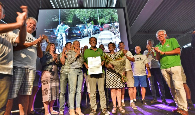 Jan van Paassen ontvangt zijn onderscheiding. (Foto: Fred van der Ende)