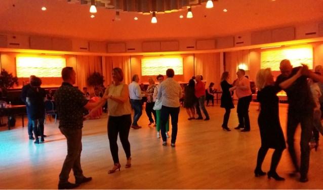 Beginners leren de basispassen en -figuren van salsa en merengue.