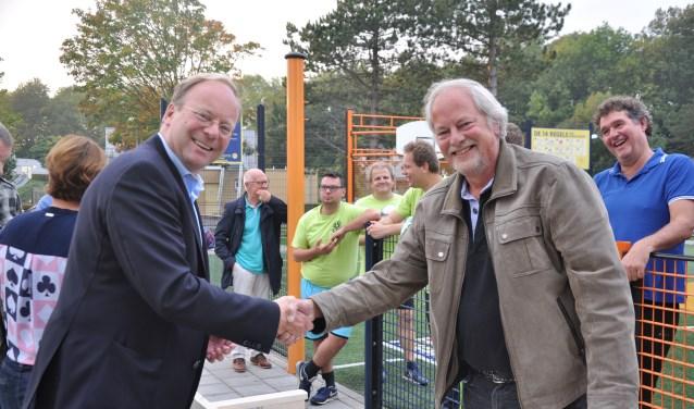 Officieel overhandigingsmoment tussen Rien-Jan Benschop, president van de Lions Club (links) en Leen Witvliet, medewerker dagbesteding Zuidwester.