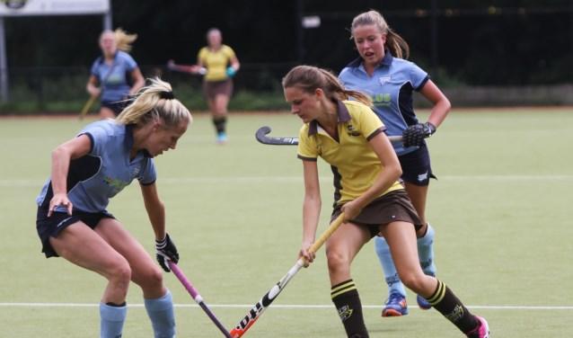 De dames van HV Spijkenisse slaagde er zondag op sportpark Groenewoud niet in om te winnen van HC Voorne. Fotografie: Peter de Jong