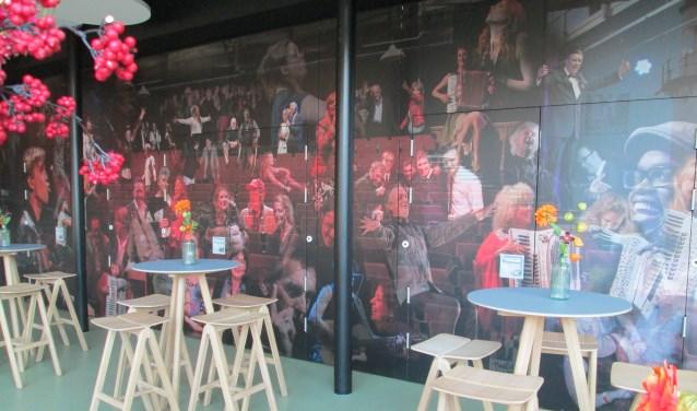 Dan ziet u in de foyer van het theater een collage van artiesten en schrijvers uit het programma, maar ook van het publiek.