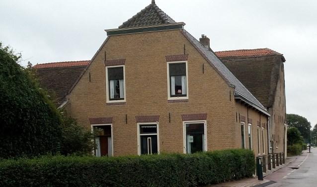 De gemeente Westvoorne betaalt vanwege de monumentale uitstraling mee aan de vervanging van het rieten dak van de schuur aan de Kade