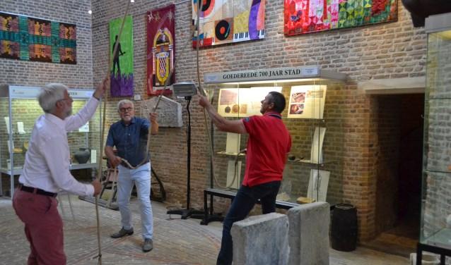 Gerrit de Jong, Jan Bezuijen en Eef Mastenbroek luiden de grote Mariaklok.
