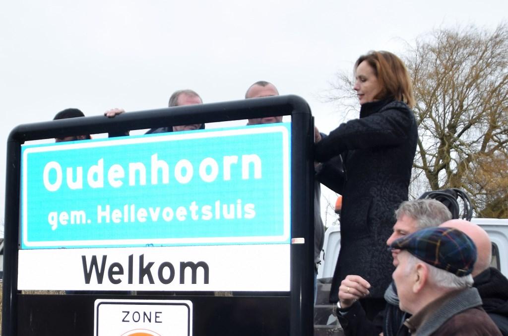 Milène beklimt het plaatsnaambord  © GrootHellevoet.nl