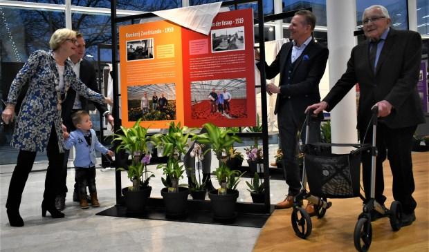 Burgemeester Van Ardenne opende, samen met vier generaties van de familie Van der Knaap, de expositie. In haar speech nam ze haar toehoorders aan de hand van familiefoto's mee naar haar tuinbouw-roots. Foto: (WB)
