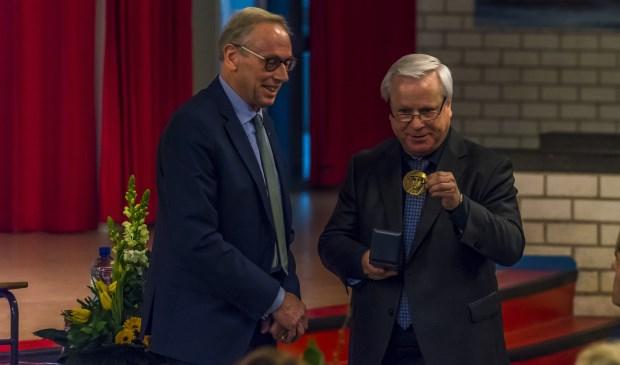 Christiaan van der Ven (r) kreeg bij zijn afscheid de Angelus Merula penning uitgereikt.