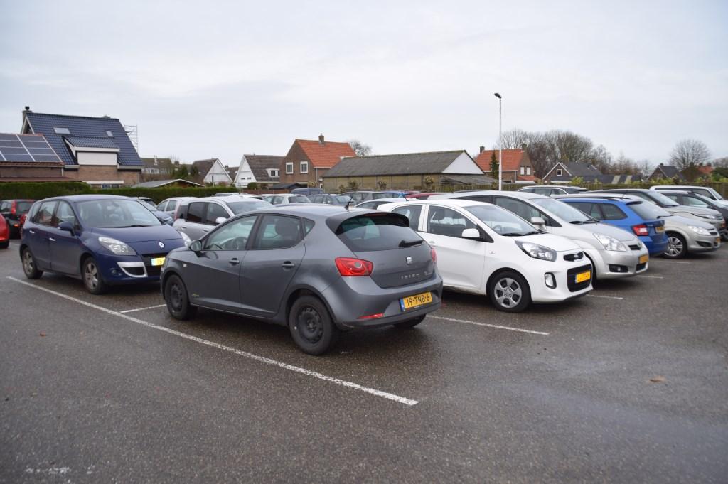 Een boordevolle parkeerplaats!  © GrootHellevoet.nl