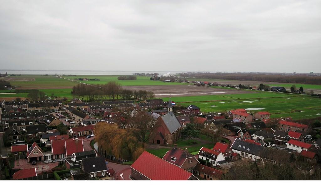 De vlag ging uit op de toren van de kerk Foto: Jan Maasdam © GrootHellevoet.nl