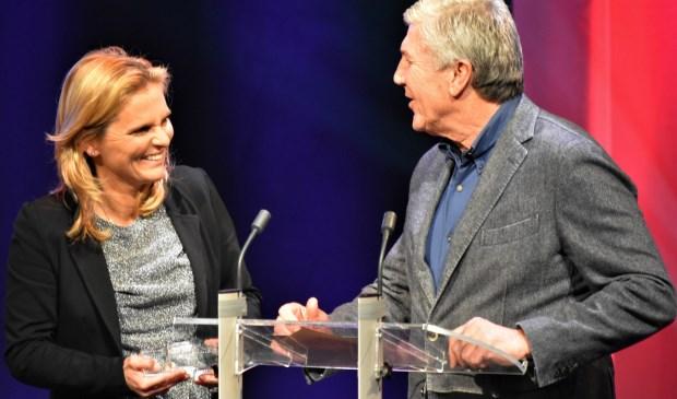 Cor Por reikt de prijs uit aan Sarina Wiegman. Foto: (WB)