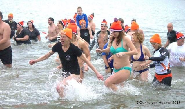 Nadat de burgemeester het startsein gaf, gingen de 96 deelnemers het water in.