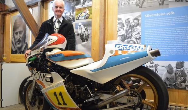 Wil Hartog poserend bij de motor waarop Jack Middelburg de Grand Prix van Silverstone won. Foto: (WB)